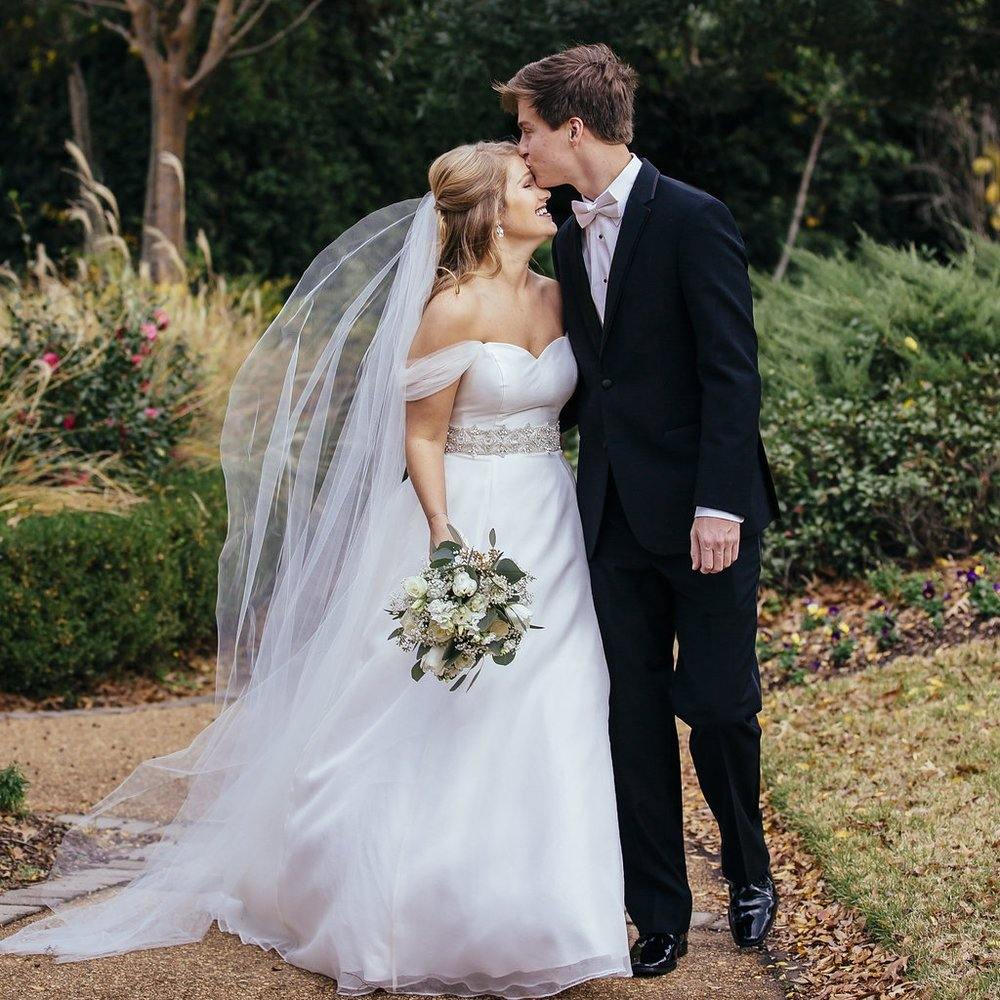 MRS. TAYLOR TRUSSELL STOVER  Photographer | Nikki Mckenzie Photography Dress | Heidi Elnora