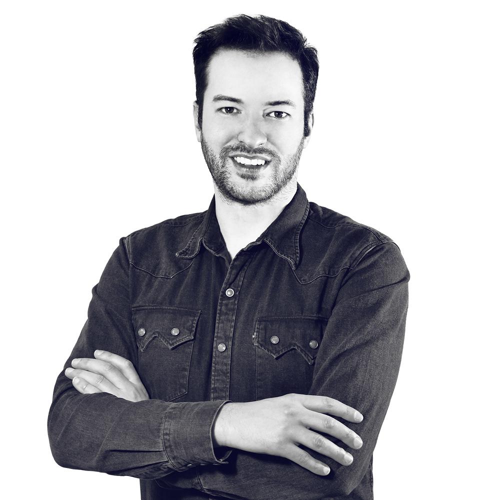 Tomas Vacek Diseñador Tomas estudió el Diseño Industrial en la Universidad de Tomas Bata de Zlín. En 2011, con su hermano Jiri, fundó el Studio Vacek, especializado en diseño de producto. Desde 2011 trabaja como diseñador de una pequeña, exitosa y emergente marca Gravelli, centrada en un original diseño de hormigón. En 2015, ayudó al nacimiento de la marca ART4LEG donde trabaja como diseñador principal de la colección de carcasas para prótesis. Sus obras fueron exhibidas en prestigiosas exposiciones de París, Londres, Milán y Nueva York.