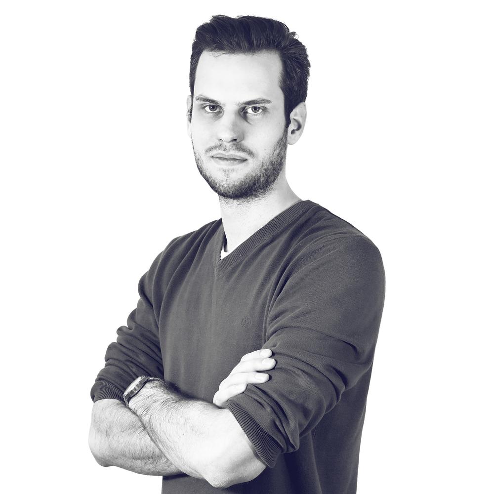 Adam Rehak Impresión en 3D y postproducción Adam se graduó en el Diseño Industrial en la Facultad de Arquitectura de la Universidad Técnica de Praga. Como diseñador de producto con una amplia experiencia en la tecnología de la impresión en 3D, al nacer ART4LEG en 2015, ayudó con la materialización de las carcasas de diseño para prótesis, garantizando hasta hoy la calidad de la producción. Adam recoge los datos entrantes para la fabricación de las carcasas, dirige los preparativos para la impresión en 3D y, a continuación, los acabados de la superficie.