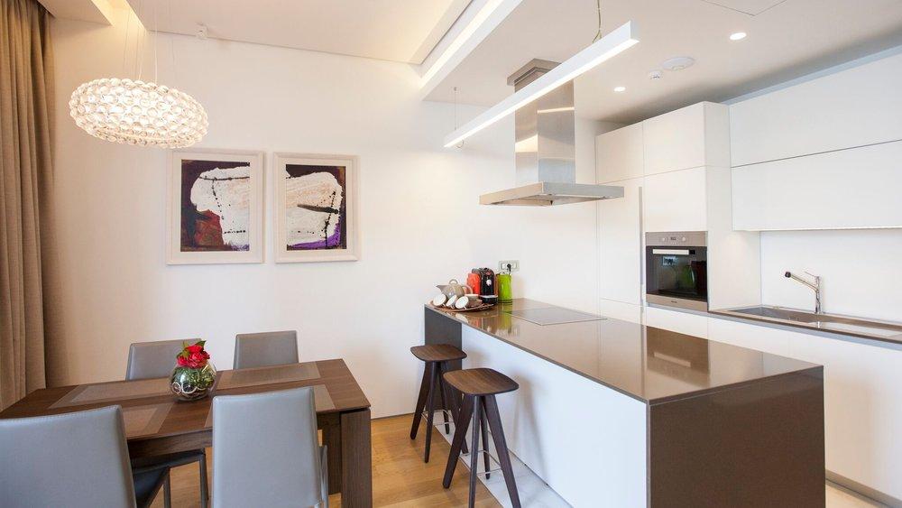 Внутренняя отделка апартамента - от встроенной кухни и сантехники, до светильников и бытовой техники - выполнена в соответствии с мировыми стандартами качества, а дизайн интерьера разработан с повышенным вниманием к каждой детали.