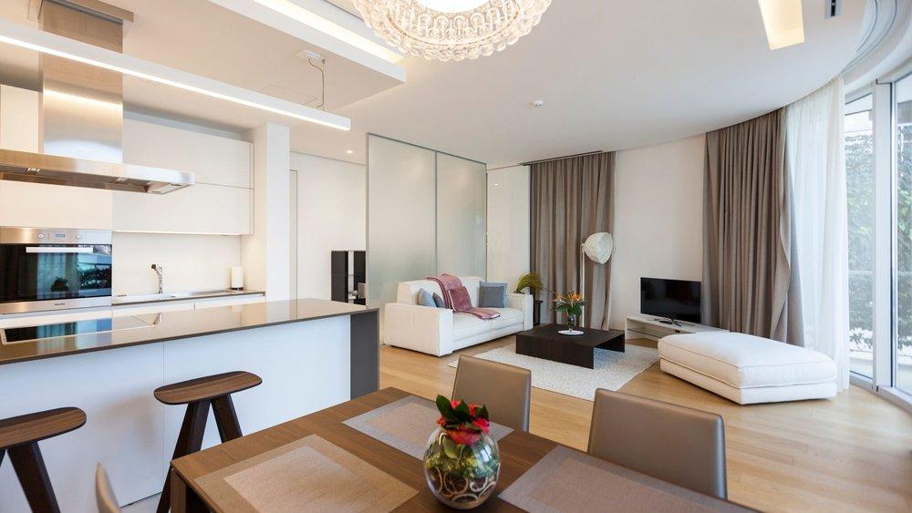 Апартамент в Dukley Gardens оснащен современной системой безопасности «Умный дом». Освещение и климат-контроль, а также мультимедийные и охранные системы регулируются с помощью смартфона или планшета.
