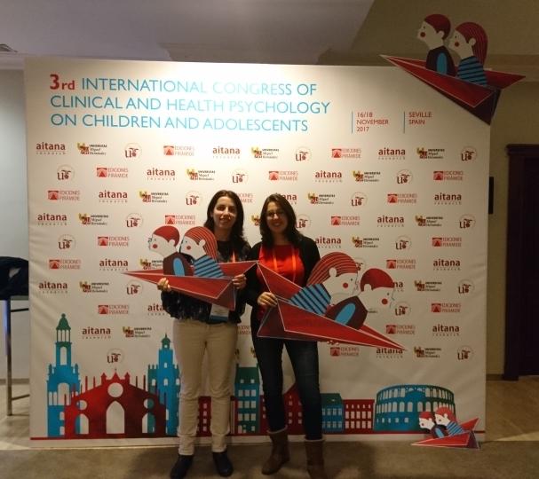 Nuestras psicólogas Irene Fernández Pinto y Almudena Sánchez de Pazos Escribano en el CIPNA