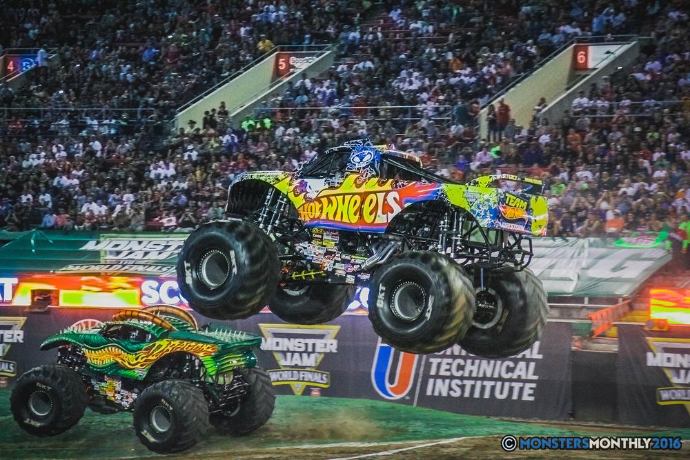 08-the-monster-jam-world-finals-racing-championship-pictures-2016-sam-boyd-stadium-las-vegas-monstersmonthly.jpg