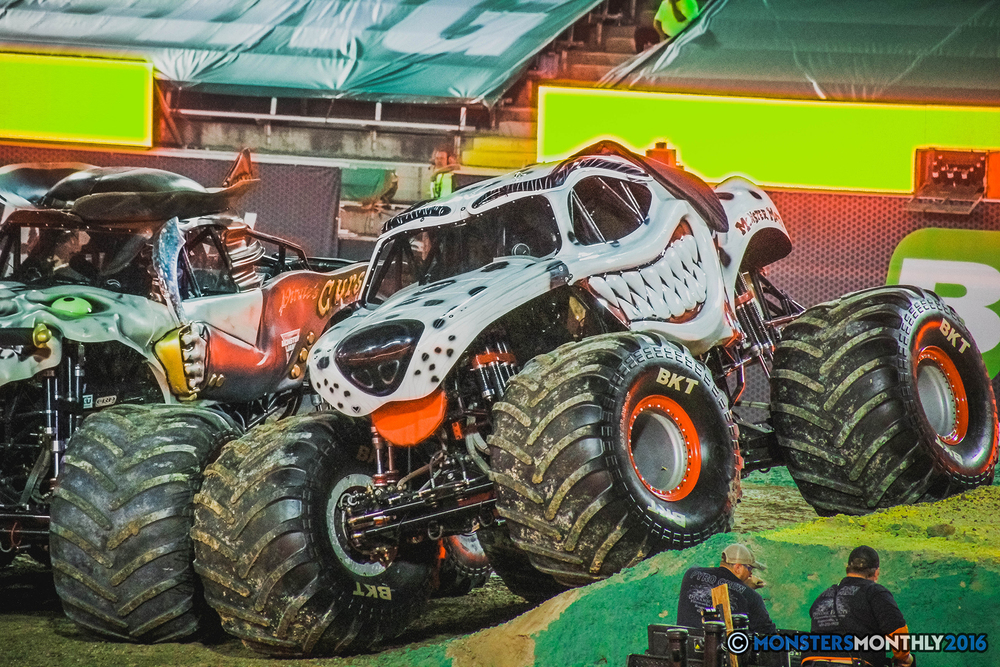 44-the-monster-jam-world-finals-racing-championship-pictures-2016-sam-boyd-stadium-las-vegas-monstersmonthly.jpg