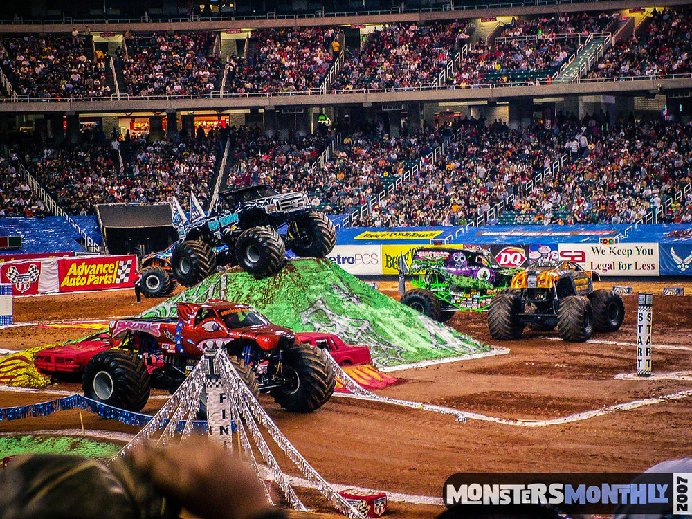 02-monster-jam-georgia-dome-2007-monsters-monthly-grave-digger-maximum-destruction.jpg