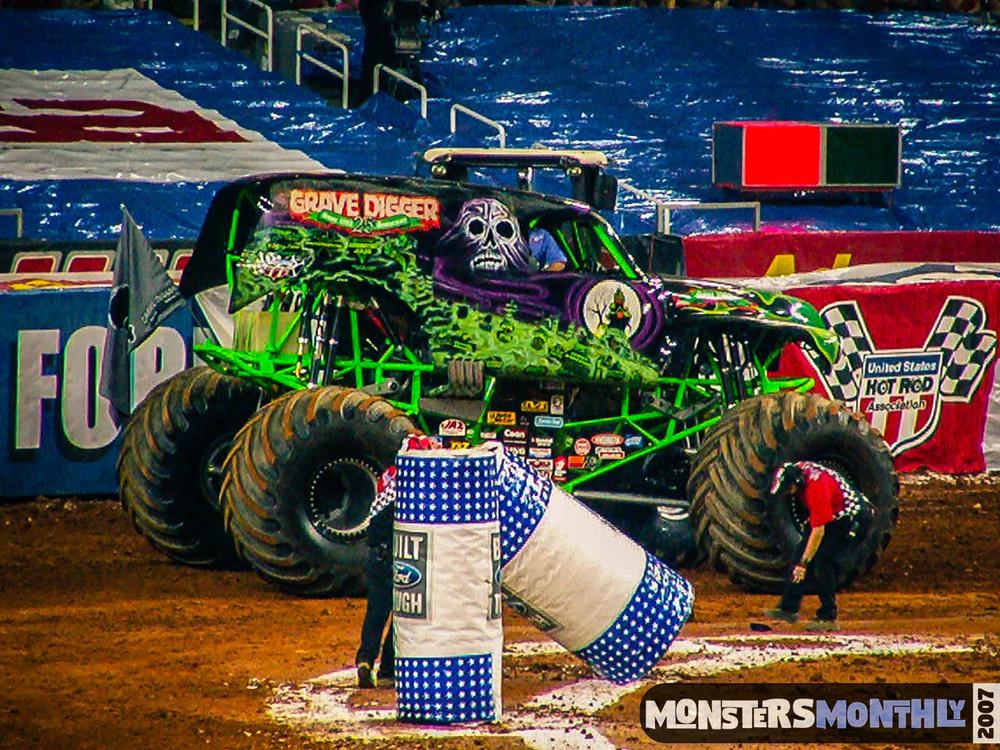09-monster-jam-georgia-dome-2007-monsters-monthly-grave-digger-maximum-destruction.jpg
