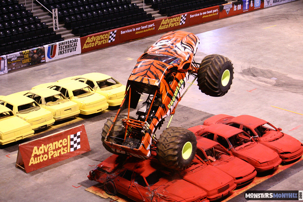 01-monsters-monthly-monster-jam-2011-thompson-boling-arena-grave-digger-spiderman-predator-prowler-bad-news.jpg