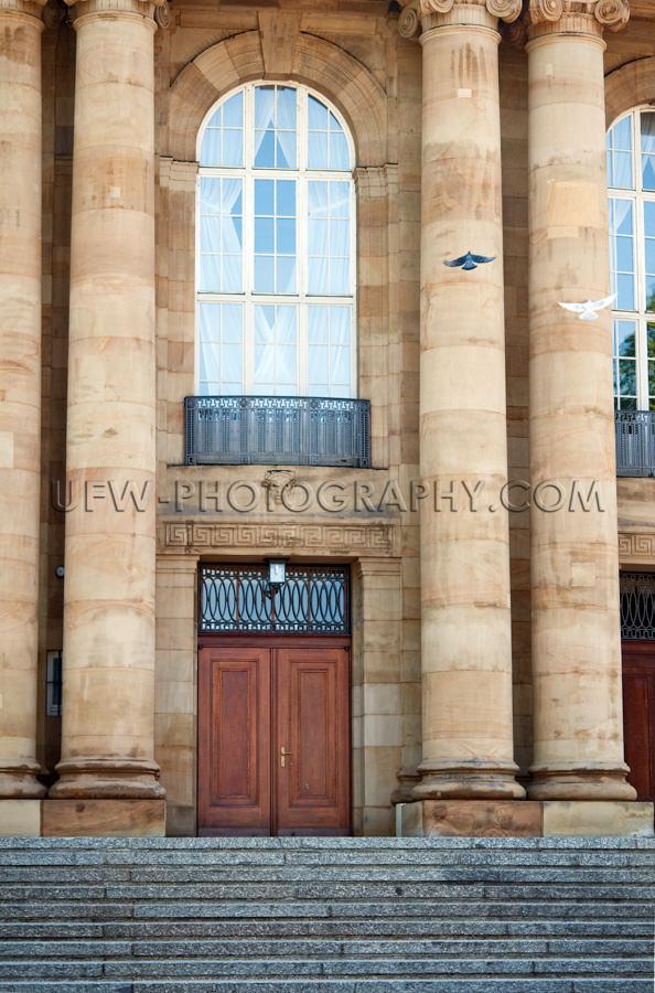 Alt Theater Eingang Mit Säulen Und Bogenfenster Stock Foto