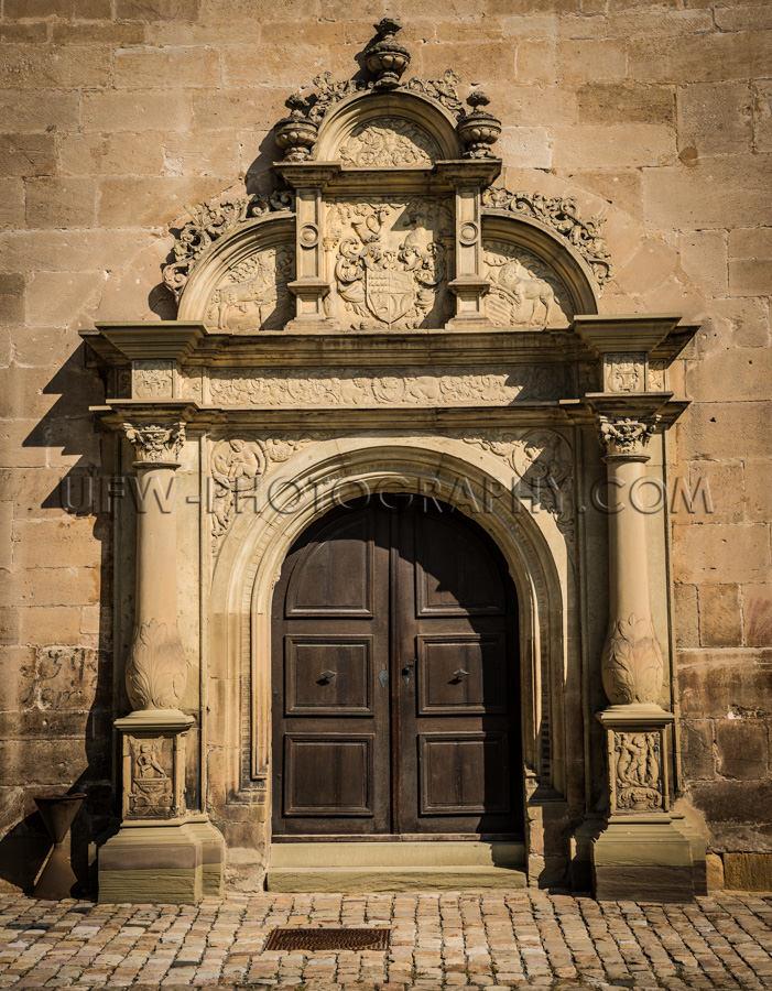 Portal Alte Burg Stimmungsvoll Licht Säulen Wappen Stock Foto