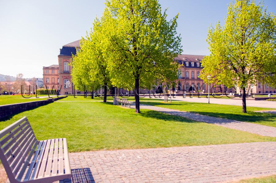 Sonniger Park Schloss Rasen Bäume Bank Fußweg Frühjahr Friedl