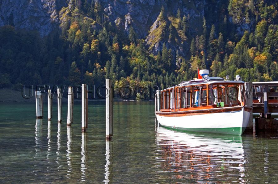 Touristenboot Ausflugsboot Bergsee Pier Stock Foto
