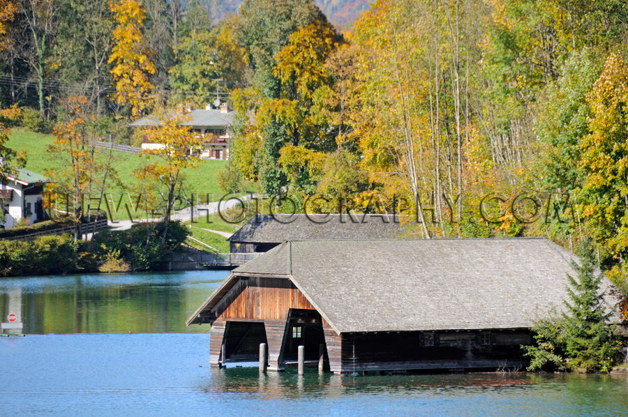 Traditionelles Bootshaus In Einem Blauen See Umgeben Von Herbstf
