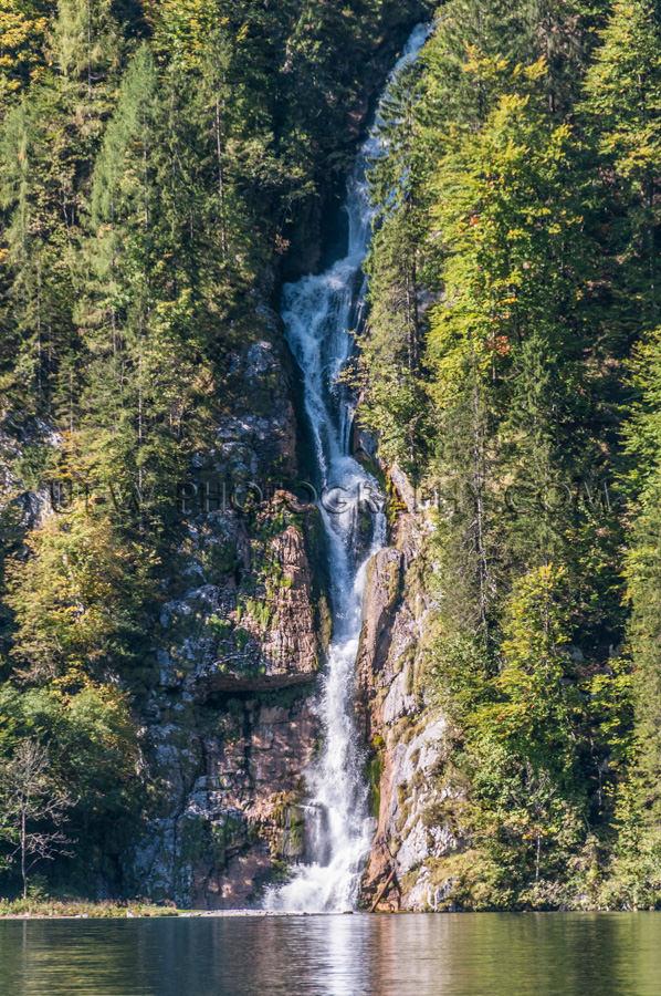 Wasserfall Steil Klippe Bäume Schön Bergsee Stock Foto
