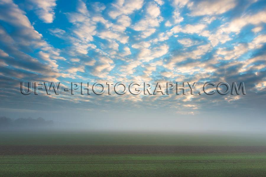 Herbstliche Stimmung Nebliges Feld Sonniger Morgen Wolken Blauer