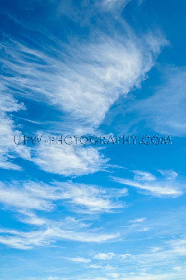 Wunderschöne Zarte Zirruswolken Blauer Himmel Vollbild Vertikal