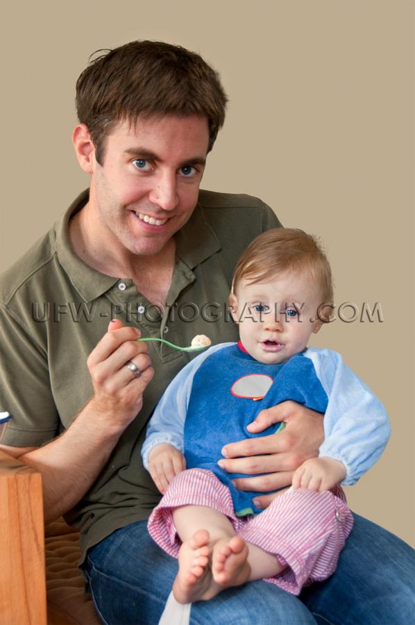 Junger Vater Fütterung Einjährig Kleinkind Mädchen Sitzt Scho