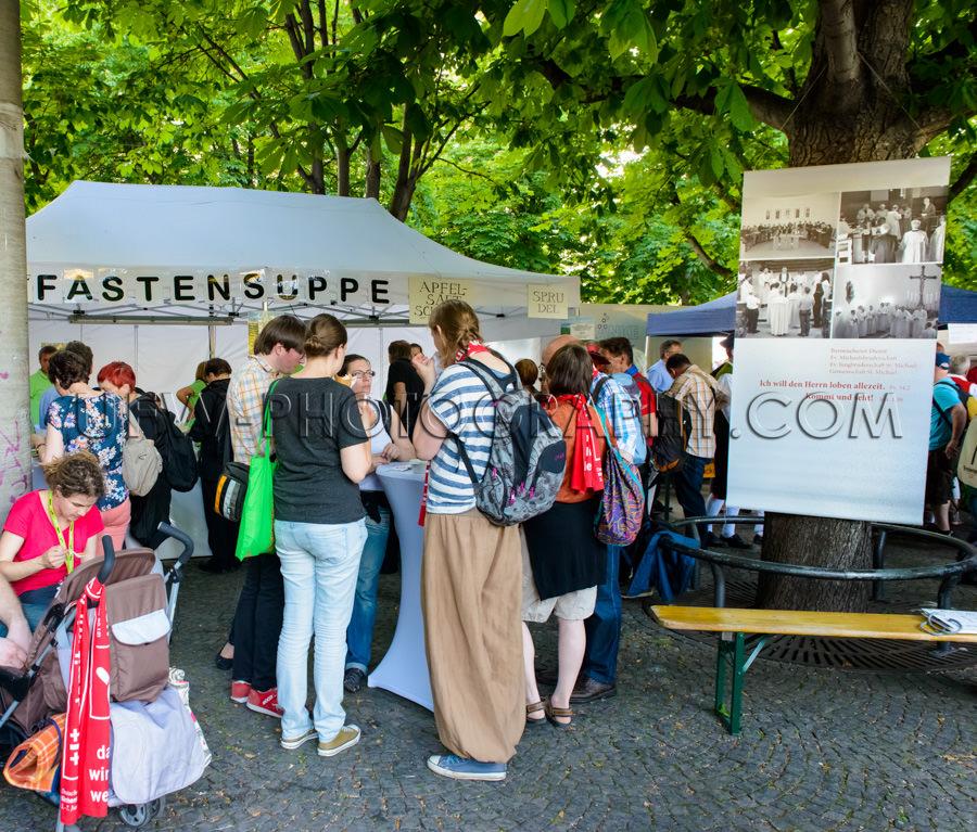 Menschen Gruppe Versammelt Essen Im Freien Stehen Kirchentag Bl