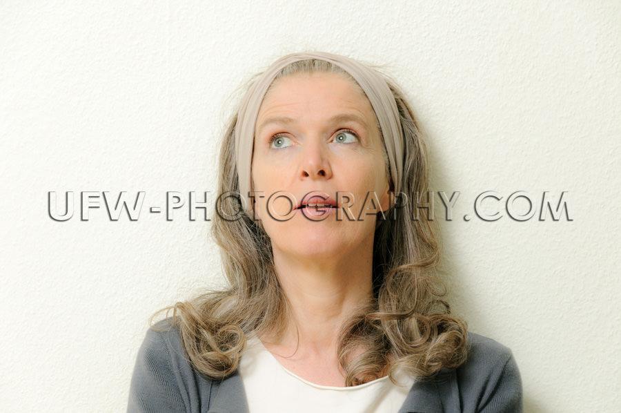 Porträt Einer Älteren Frau Blick nach oben Nachdenklich Stock