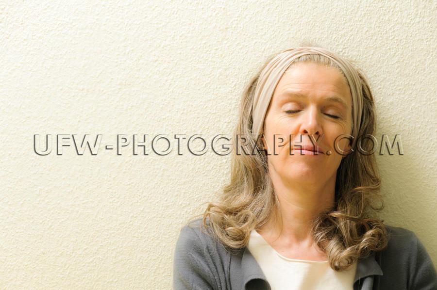 Reife Frau Augen Geschlossen Träumen Heiterkeit Lehnen Zufriede