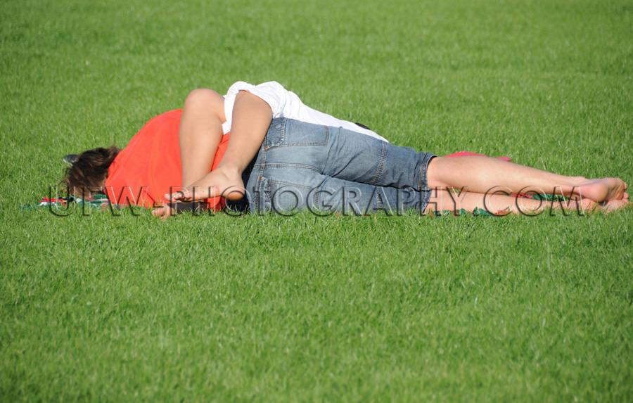 Reizendes Junges Paar Liegen Grünes Gras Schlafen Entspannen Li