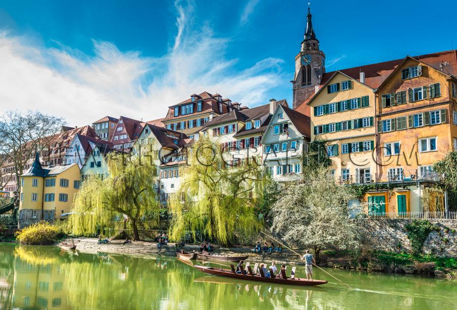 Schöne Mittelalterliche Stadt Stocherkahn Fluss Grüne Bäume A