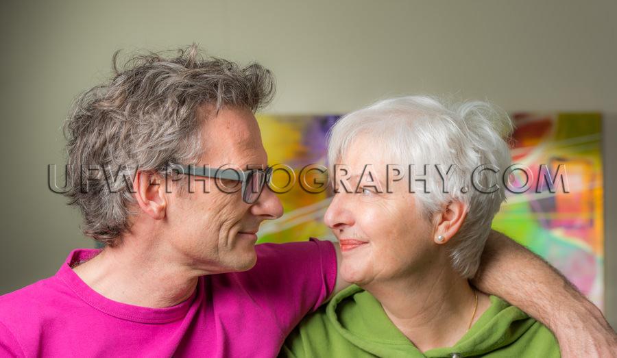 Zufrieden Erwachsen Pärchen Mann Frau Lässig Einander Ansehen