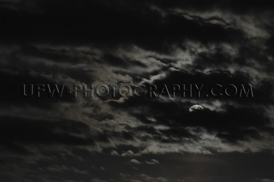 Vollmond Teilweise Sichtbar Wolken Dunkel Atmosphärisch Mysteri