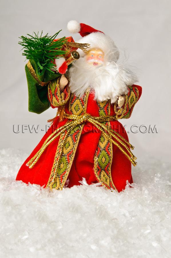 Fröhliche Weihnachtsmannfigur Stehen Im Tiefen Schnee Stock Fot