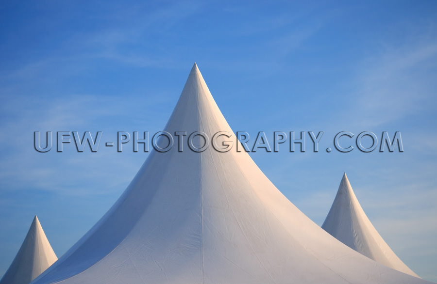 Drei Weiße Spitze Zeltdächer vor Dunkelblauem Himmel Stock Fot