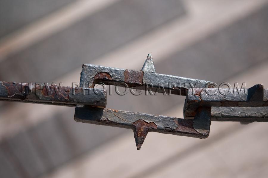 Grobe Eisenkette Mit Rostigen Bindegliedern Wie Stacheldraht Sto