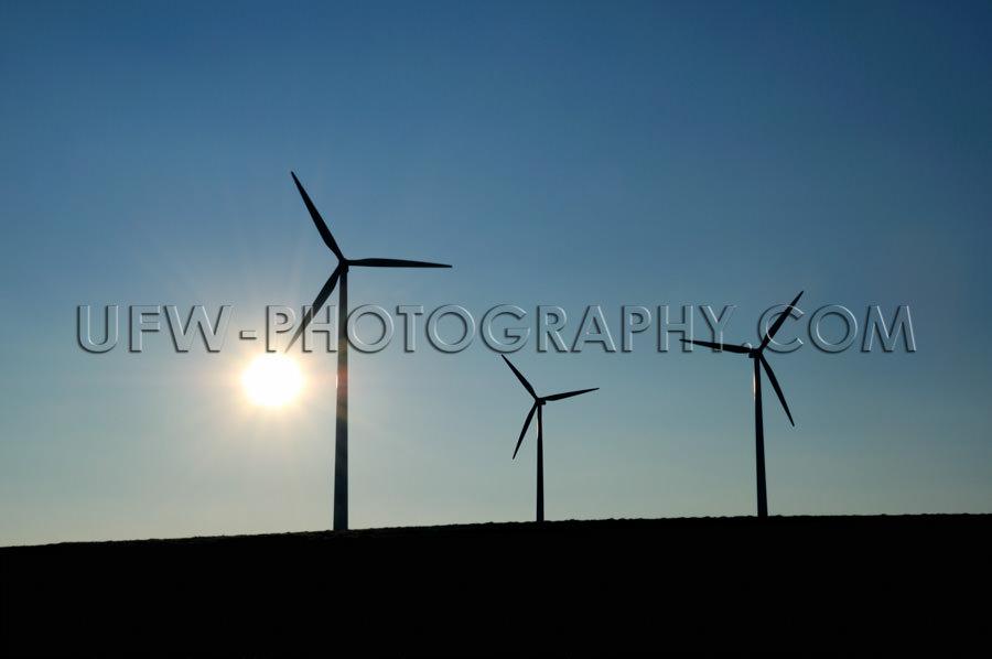 Drei Windturbinen Windrad Windkraft Silhouetten Sonne Dunkelblau