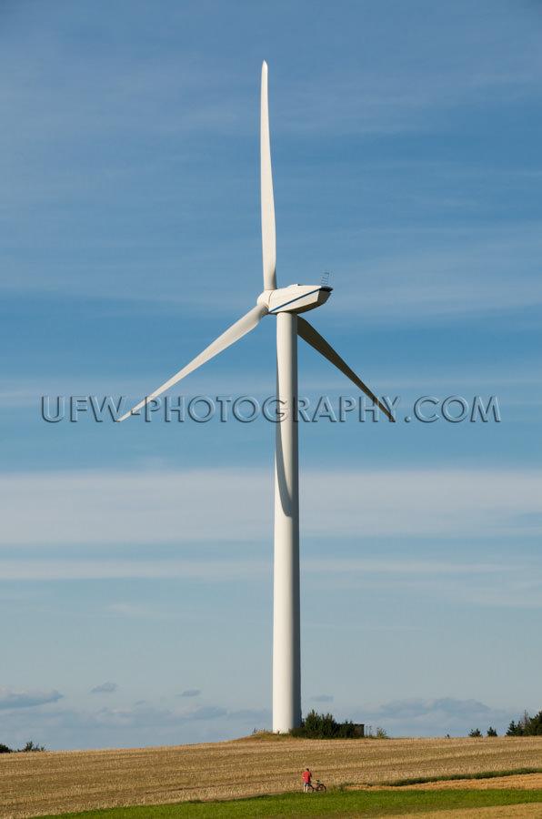 Mächtige Windkraftanlage Windrad Windturbine Kleiner Mann Fahrr