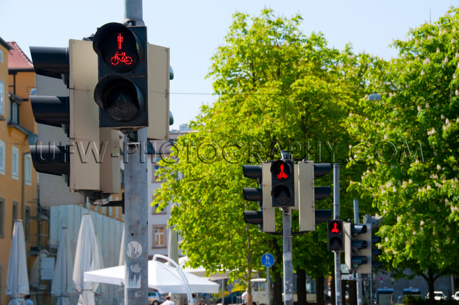 Stopp! Ampel Zeigt Rot Fußgänger-Überweg Stock Foto