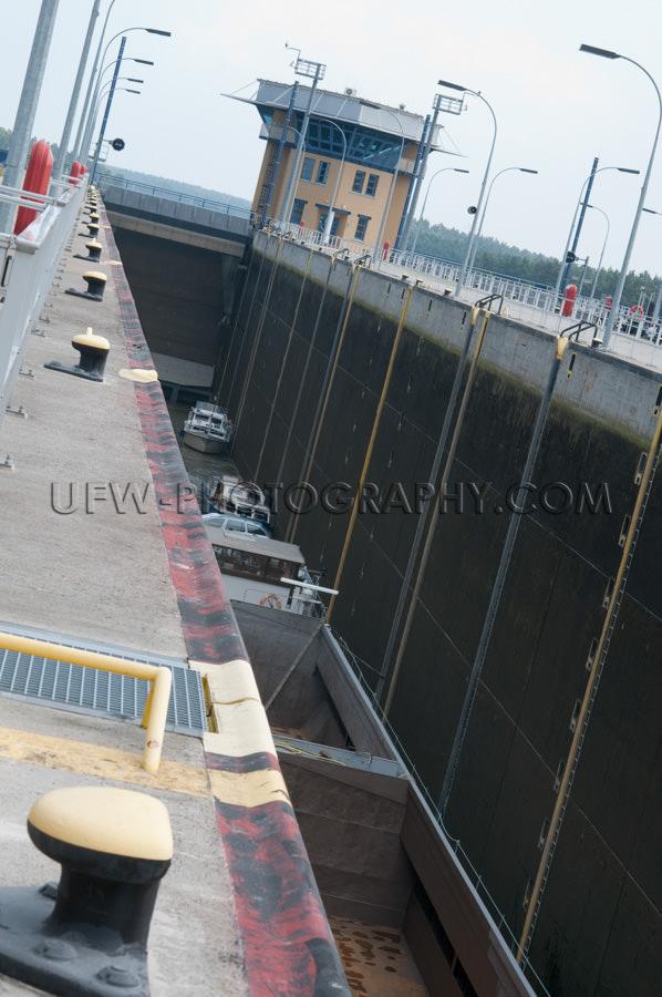 Tief Fluss Schleuse Mit Motorbooten Und Lastkahn Stock Foto