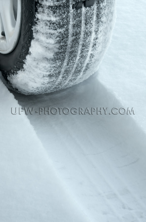 Winter Reifen Auf Schneebedeckte Straße Stock Foto
