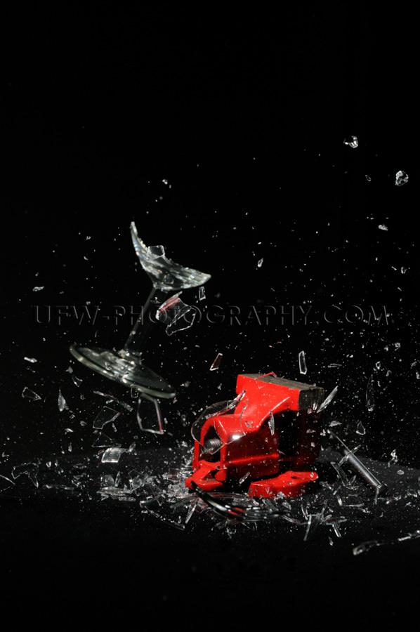 Glas Zerspringen Explodieren Rot Schraubstock Schwarzer Hintergr