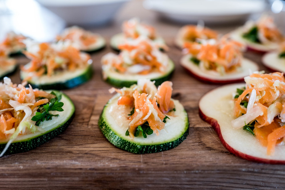 RAW Fingerfoods: fermented salad on zucchinni and apple bites