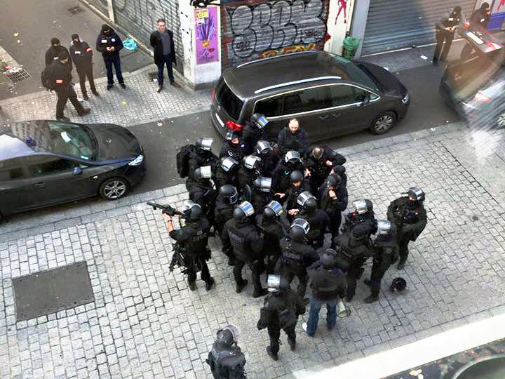 Police in France prepare to confront a suspected terrorist. 11/2015. (Wikimedia Commons)