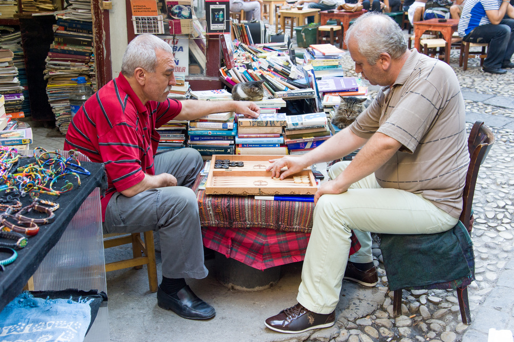 Playing backgammon, Istanbul