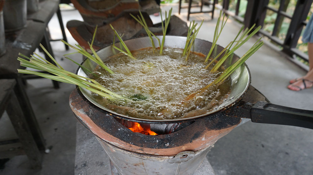 Deep-frying stuffed lemongrass over hot coals