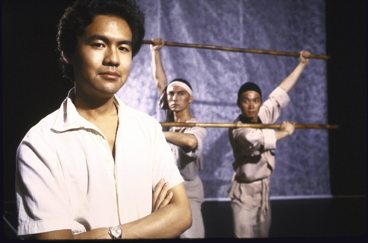 编剧黄哲伦(左)和演员尊龙John Long(左二),马泰Tzi Ma(右一)在一次宣传拍摄中。摄影:Martha Swope,图片来源:纽约公共图书馆。