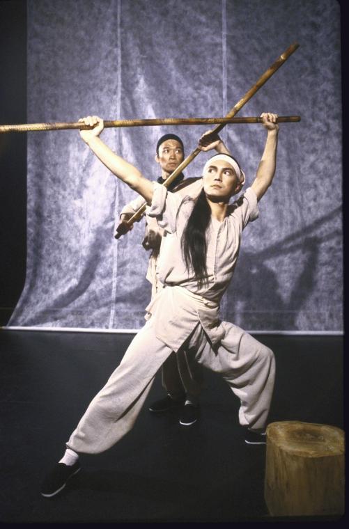 (从左至右)马泰和尊龙。照片为Martha Swope为公共剧院所拍摄,图片来源:纽约公共图书馆。