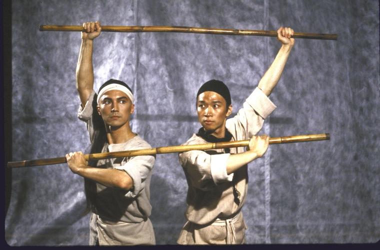 (从左至右)尊龙和马泰。照片为Martha Swope为公共剧院所拍摄,图片来源:纽约公共图书馆。