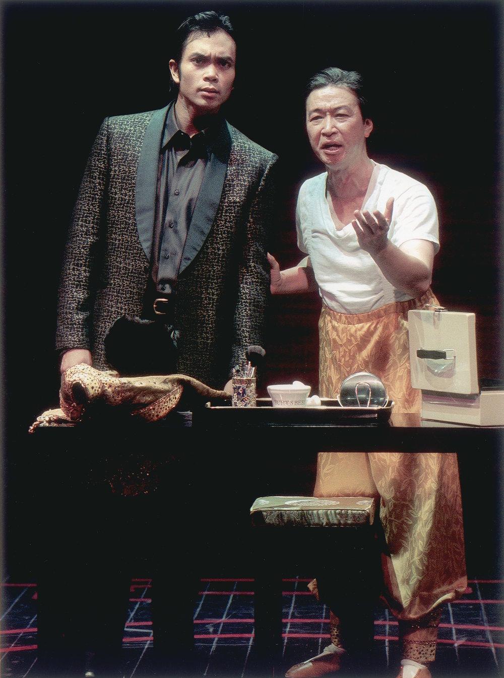 Jose Llana和 Tzi Ma(马泰)。剧照由Craig Schwartz于2001年为马克泰博论坛剧院所摄。