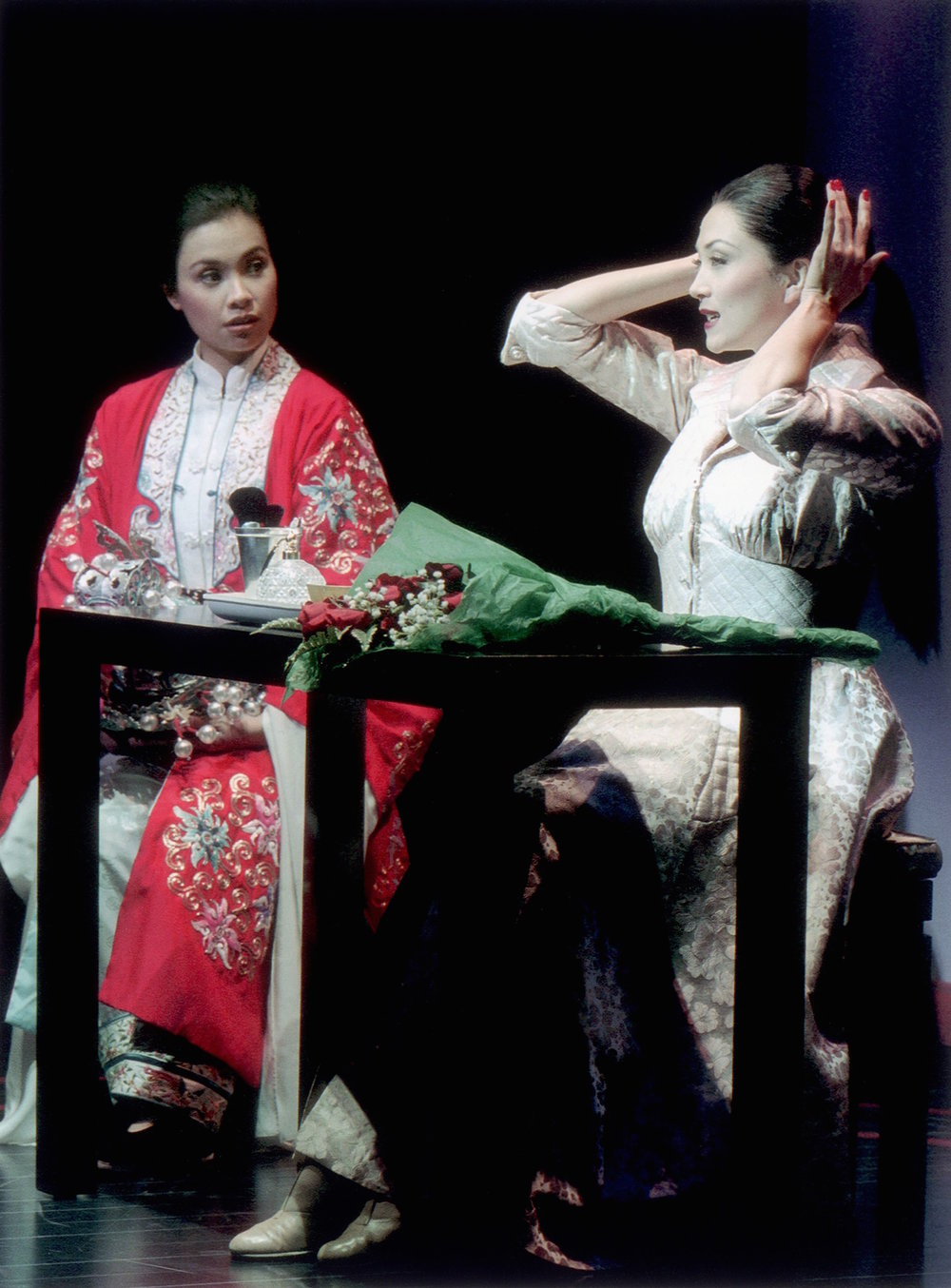 莉雅·萨隆加和Sandra Allen。剧照由Craig Schwartz于2001年为马克泰博论坛剧院所摄。