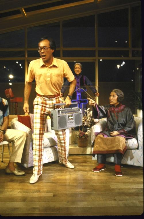 演员名单(从左至右):Jim Ishida, Tina Chen  和 June Kim。 Martha Swope摄于纽约莎士比亚戏剧节, 图片提供:纽约公共图书馆。