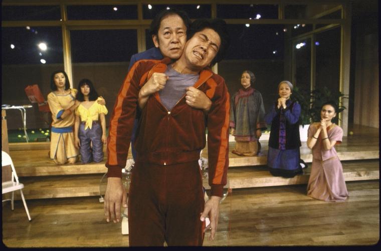 演员名单(从左至右) Jodi Long, Lauren Tom, Victor Wong, Marc Hayashi, June Kim, Tina Chen,以及Helen Funai。 Martha Swope摄于纽约莎士比亚戏剧节, 图片提供:纽约公共图书馆。