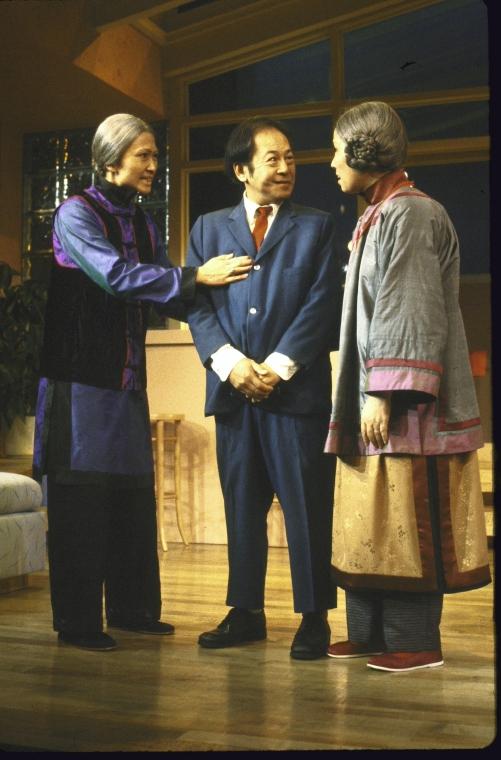 演员名单(从左至右): Tina Chen, Victor Wong 和 June Kim。 Martha Swope摄于纽约莎士比亚戏剧节, 图片提供:纽约公共图书馆。