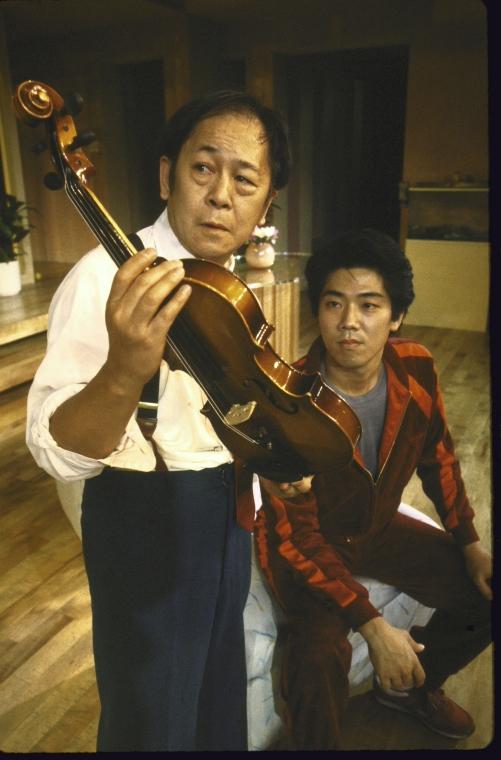 演员名单(从左至右):Victor Wong 和  Marc Hayashi。 Martha Swope摄于纽约莎士比亚戏剧节, 图片提供:纽约公共图书馆。