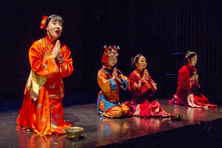 Jennifer Lim, Annie Q, Julyana Soelistyo, 和 Leslie Hu。 摄影: Richard Termin, 署名剧院制作, 2012年。